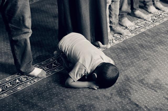 muslim-kid-praying
